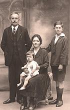 Pierre et Marcelle Dubost avec leurs enfants : Jean, l'aîné et Noël sur les genoux de sa maman.